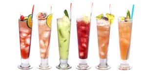 Sistema de cócteles helados: con la sandía, el pepino, la naranja, la cal y la cereza, mandarina, fruta de la pasión, piña fotografía de archivo