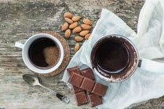 Sistema de café Cezve - pote del café, con café recientemente preparado, una taza, barra del chocolate Fotografía de archivo