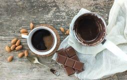 Sistema de café: cezve (pote del café) con el café recientemente preparado, un cof Imagenes de archivo