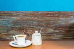 Sistema de café en la tabla de madera vieja foto de archivo