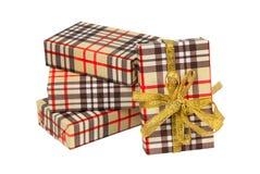 Sistema de cajas de regalo Célula de Brown Arqueamiento y cinta de oro Imagen de archivo libre de regalías