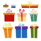 Sistema de cajas de regalo en diversos colores en un blanco imagenes de archivo