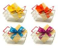 Sistema de cajas del presente del Año Nuevo con las cintas del color, arcos en metal Fotografía de archivo libre de regalías