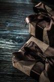 Sistema de cajas de regalo marrones en el tablero de madera fotografía de archivo libre de regalías
