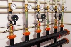 Sistema de calefacción en un cuarto de caldera bombas potentes rojas y tubo azul de los tubos Imágenes de archivo libres de regalías