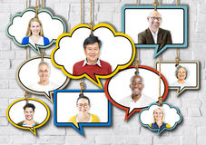 Sistema de caras en el colgante de burbujas coloridas del discurso Imágenes de archivo libres de regalías