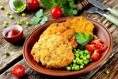Sistema de cena: el filete con una corteza curruscante y la verdura adornan Fotografía de archivo