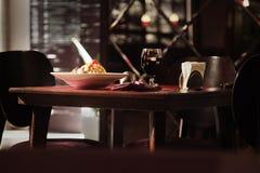 Sistema de cena en la tabla en un restaurante, visión interior imágenes de archivo libres de regalías