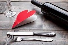 Sistema de cena romántico en fondo de madera Imagen de archivo libre de regalías