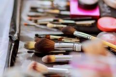 Sistema de cepillo para el maquillaje en la tabla Fotografía de archivo libre de regalías