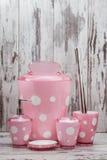 Sistema de cepillo y de los accesorios rosados lindos del retrete para el cuarto de baño Fotografía de archivo libre de regalías