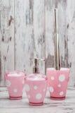 Sistema de cepillo y de los accesorios rosados lindos del retrete para el cuarto de baño Foto de archivo