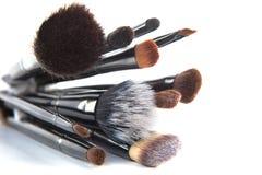 Cepillos del maquillaje en un fondo blanco Fotos de archivo libres de regalías