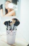 Sistema de cepillos del maquillaje en la tabla Imagen de archivo libre de regalías