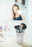 Sistema de cepillos del maquillaje en la tabla Foto de archivo libre de regalías