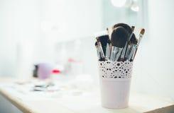 Sistema de cepillos del maquillaje en la tabla Fotos de archivo