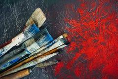 Sistema de cepillos en un fondo colorido colorido con las manchas blancas /negras rojas fotografía de archivo libre de regalías