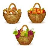 Sistema de cestas de mimbre con las frutas, setas Foto de archivo