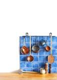 Sistema de cobre del artículos de cocina de la ejecución Cuchara, desnatadora, rallador El azul teja la pared de cerámica cuchara Imagen de archivo libre de regalías