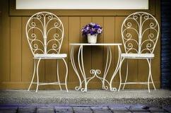 Sistema de colocación blanca de las sillas del vintage Foto de archivo libre de regalías