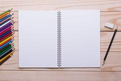 Sistema de color del lápiz en la tabla de madera Foto de archivo libre de regalías