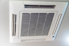 Sistema de condicionamento de ar moderno instalado no teto imagem de stock royalty free