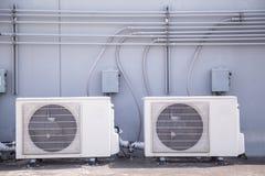 Sistema de sistema de condicionamiento central en el tejado del edificio imagenes de archivo