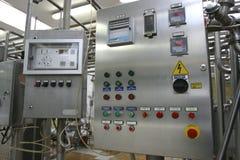 Sistema de control industrial en fábrica moderna de la lechería Foto de archivo libre de regalías
