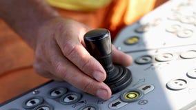 Sistema de controlo da cabine do trator Mãos do homem excitador video estoque