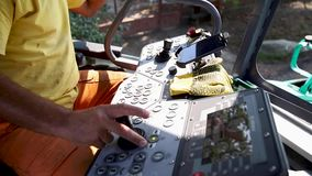 Sistema de controlo da cabine do trator Mãos do homem excitador filme