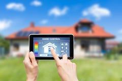 Sistema de controlo home remoto em uma tabuleta digital Imagens de Stock Royalty Free