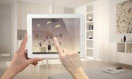 Sistema de controlo home remoto esperto em uma tabuleta digital Dispositivo com ícones do app Cozinha brilhante moderna minimalis Fotos de Stock