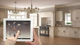 Sistema de controlo home remoto esperto em uma tabuleta digital Dispositivo com ícones do app Interior da cozinha branca e de mad fotos de stock royalty free