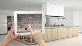 Sistema de controlo home remoto esperto em uma tabuleta digital Dispositivo com ícones do app Interior da cozinha de madeira mode imagens de stock