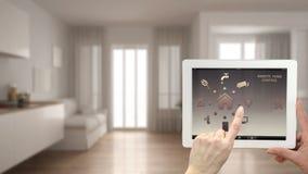 Sistema de controlo home remoto esperto em uma tabuleta digital Dispositivo com ícones do app Interior obscuro da sala de visitas Imagem de Stock Royalty Free