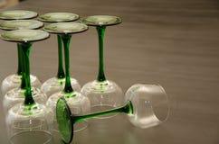 Sistema de copas de vino provenidas verdes clásicas Fotos de archivo
