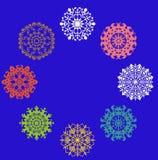 Sistema de copos de nieve coloreados ilustración del vector