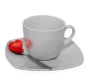 Sistema de corazón en la taza blanca aislada en el fondo blanco Imagen de archivo libre de regalías