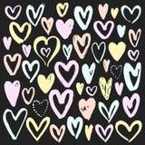 Sistema de corazones dibujados mano en fondo de la pizarra Icono del corazón Colección del vector libre illustration