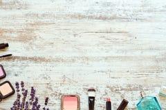 Sistema de cosméticos de las mujeres en una tabla de madera Fotografía de archivo