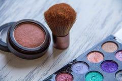 Sistema de cosméticos decorativos en fondo de madera foto de archivo libre de regalías