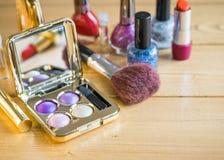 Sistema de cosméticos del ` s de las mujeres con el espejo en la tabla de madera Imagen de archivo libre de regalías