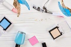 Sistema de cosméticos femeninos, visión superior Imagen de archivo libre de regalías