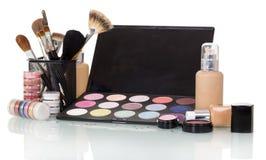 Sistema de cosméticos profesionales y de cepillos del maquillaje aislados en blanco Fotografía de archivo
