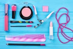 Sistema de cosméticos y de accesorios rosados Fotos de archivo