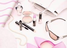 Sistema de cosméticos y de diversos accesorios para las mujeres en un blanco Imagen de archivo libre de regalías