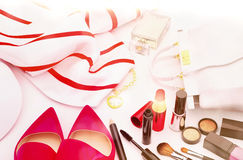 Sistema de cosméticos y de diversos accesorios para las mujeres en un blanco Fotografía de archivo libre de regalías