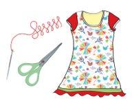 Sistema de costura con la aguja, las tijeras y el vestido Fotos de archivo libres de regalías