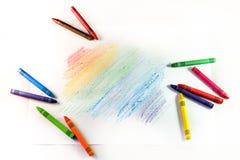 Sistema de creyones de cera multicolores con las rayas del dibujo en un blanco Imagenes de archivo