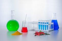 Sistema de cristalería de laboratorio ANÁLISIS DEL LABORATORIO Reacción química Experimento químico usando diversos componentes O fotos de archivo